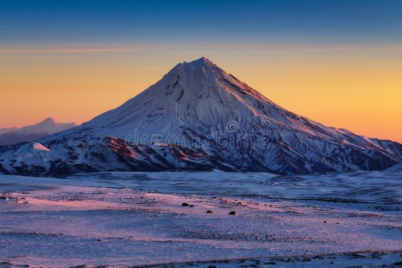 Paisaje imponente de la montaña del invierno de la península de Kamchatka en la salida del sol fotografía de archivo