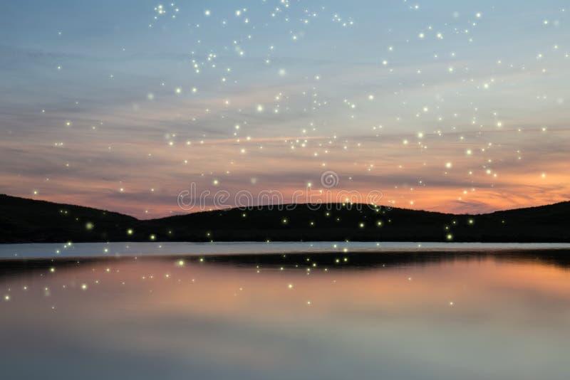 Paisaje imponente de la puesta del sol del verano de las luciérnagas que brillan intensamente sobre vibr imágenes de archivo libres de regalías