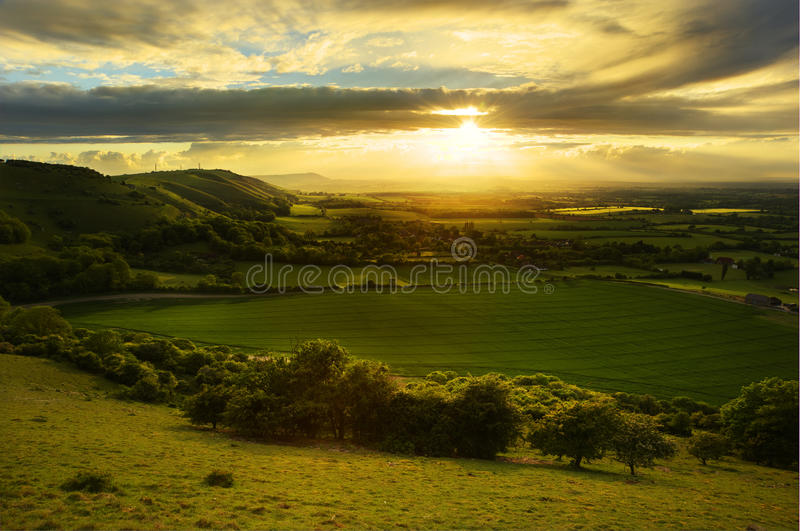 Paisaje imponente del campo con la iluminación del sol imágenes de archivo libres de regalías