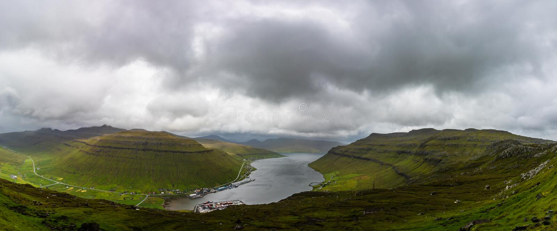 Paisaje increíble de la montaña de Faroe Island en verano Panorama imagen de archivo libre de regalías