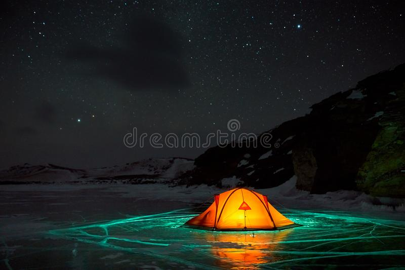Paisaje increíble de la noche contra el contexto de una isla rocosa foto de archivo