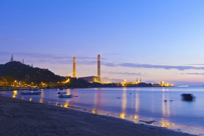 Paisaje industrial de la noche de la central eléctrica con las luces foto de archivo libre de regalías