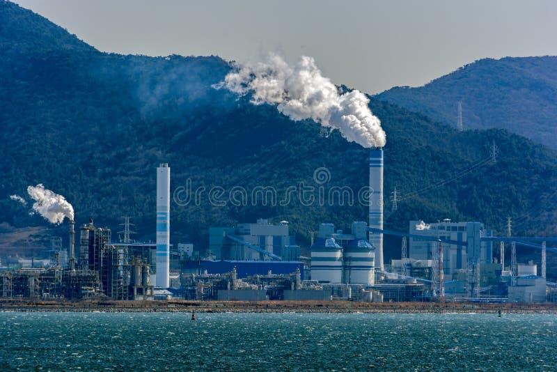 Paisaje industrial en Corea del Sur en la bahía de Gwangyang foto de archivo
