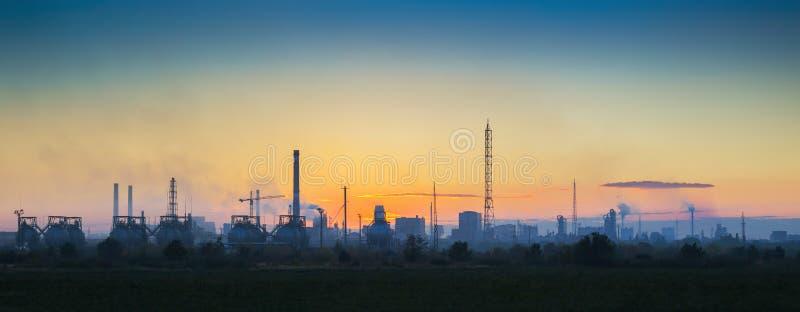 Paisaje industrial en la puesta del sol fotos de archivo libres de regalías