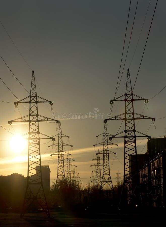 Paisaje industrial Puesta del sol sobre la línea eléctrica imagen de archivo libre de regalías