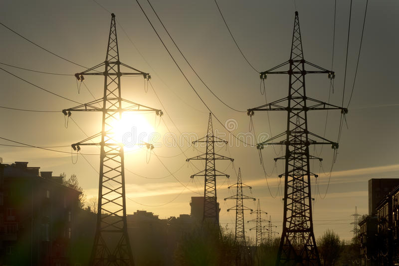Paisaje industrial Puesta del sol sobre la línea eléctrica fotografía de archivo libre de regalías