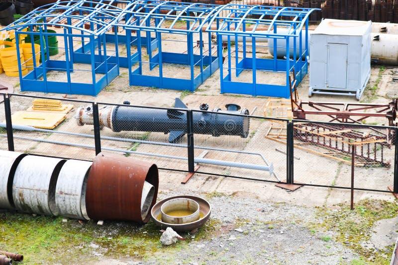 Paisaje industrial Tubos oxidados, rubíes azules, comunicaciones de la producción Metal, estructuras plásticas que se hacen en el fotografía de archivo libre de regalías