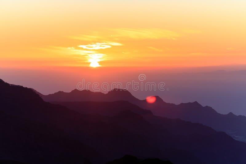Paisaje inspirado, islas y océano de la puesta del sol de las montañas fotos de archivo libres de regalías