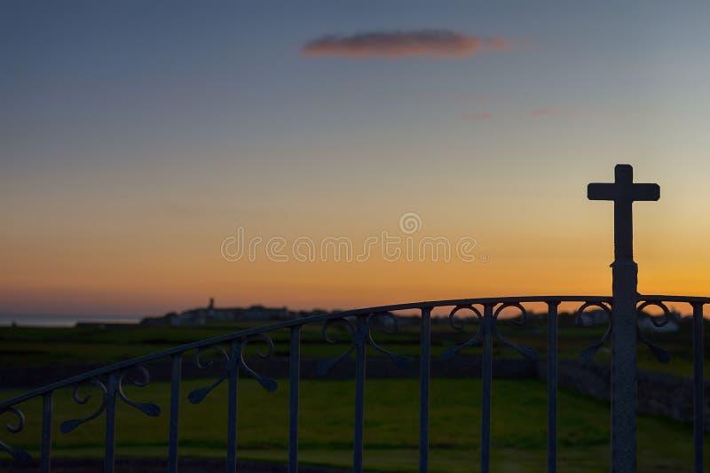 Paisaje irlandés del cementerio del entierro en la puesta del sol en el condado Clare, Irlanda imágenes de archivo libres de regalías