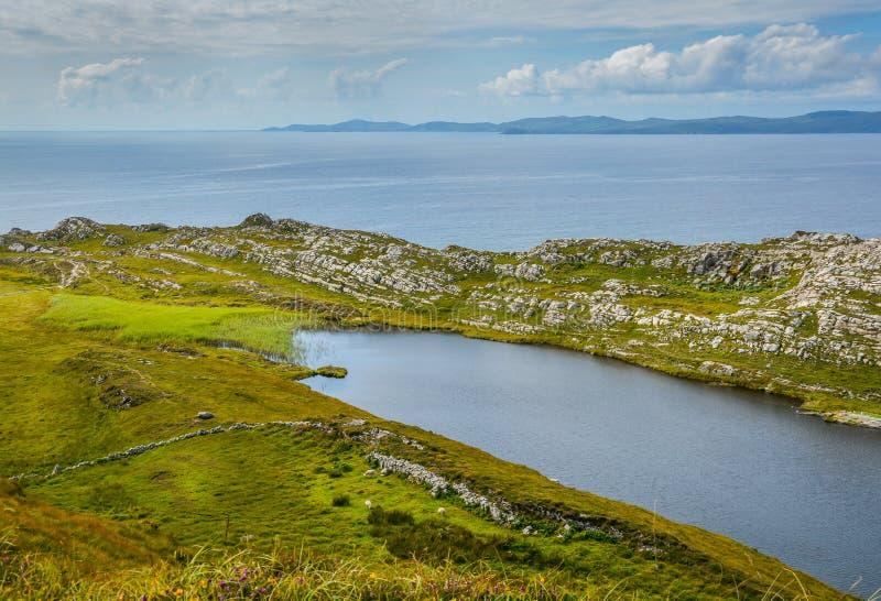 Paisaje irlandés imponente, lago Akeen cerca de la cabeza del ` s de las ovejas, Coomacullen, corcho del condado, Irlanda fotografía de archivo