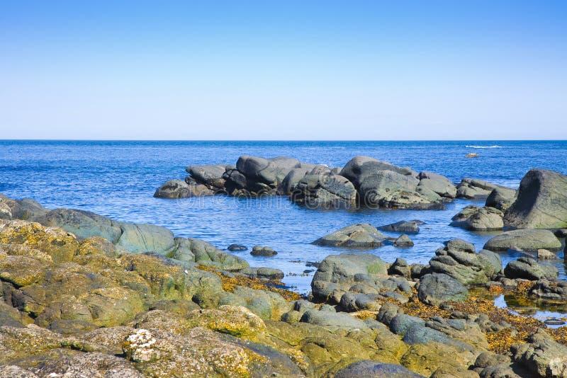 Paisaje irland?s en Irlanda del Norte con los bloques de rocas del basalto en el condado Antrim - Reino Unido del mar imagen de archivo libre de regalías