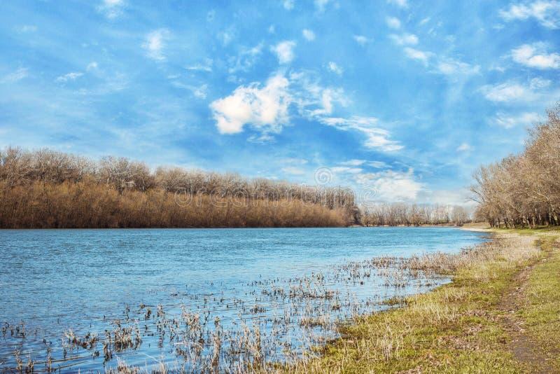 Paisaje irreal Río, cielo hermoso, prados secos Hierba amarilla El río de Dniéster moldova imagenes de archivo