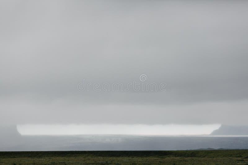 paisaje islandés espectacular con el llano y el glaciar herbosos foto de archivo libre de regalías