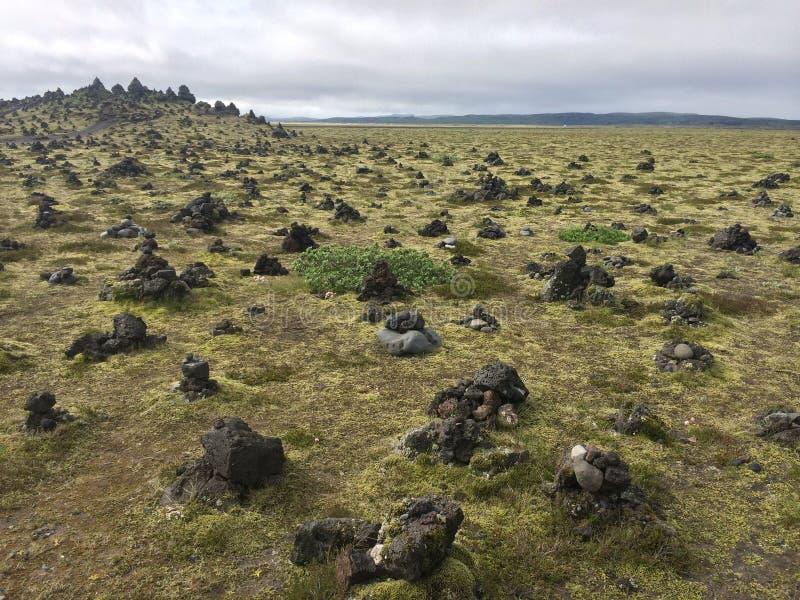 Paisaje islandés por completo de piedras volcánicas fotos de archivo