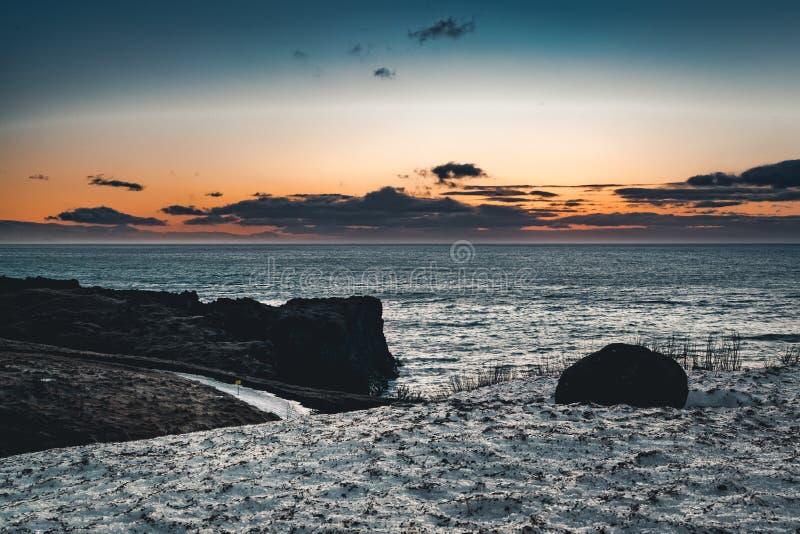 Paisaje islandés típico de la montaña de la puesta del sol de la salida del sol en el área de Arnarstapi en la península de Snaef fotos de archivo