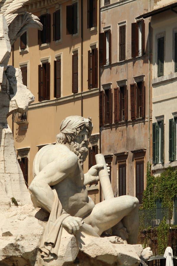 Paisaje italiano con la estatua en primero plano fotos de archivo