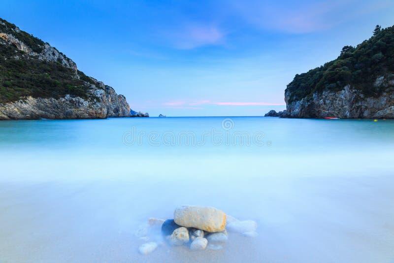 Paisaje largo de la exposición de la playa famosa de la arena de Paleokastritsa en c imagenes de archivo