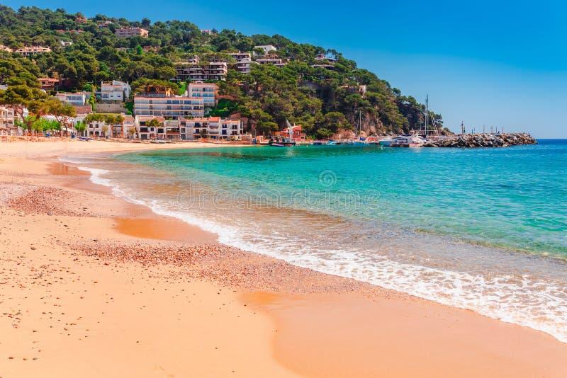 Paisaje Llafranc del mar cerca de Calella de Palafrugell, Cataluña, Barcelona, España Ciudad vieja con la playa agradable de la a imagen de archivo