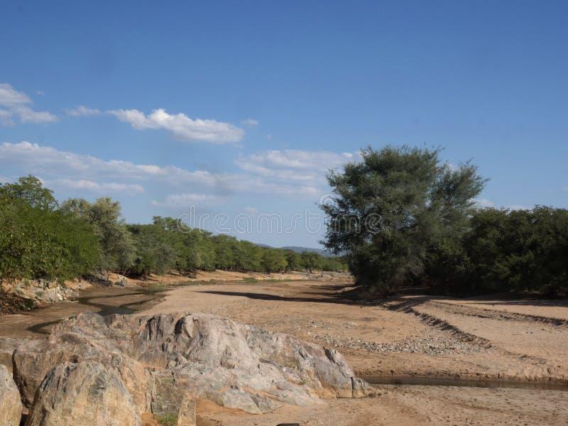 Paisaje a lo largo del río de Kunene, Namibia del norte foto de archivo libre de regalías