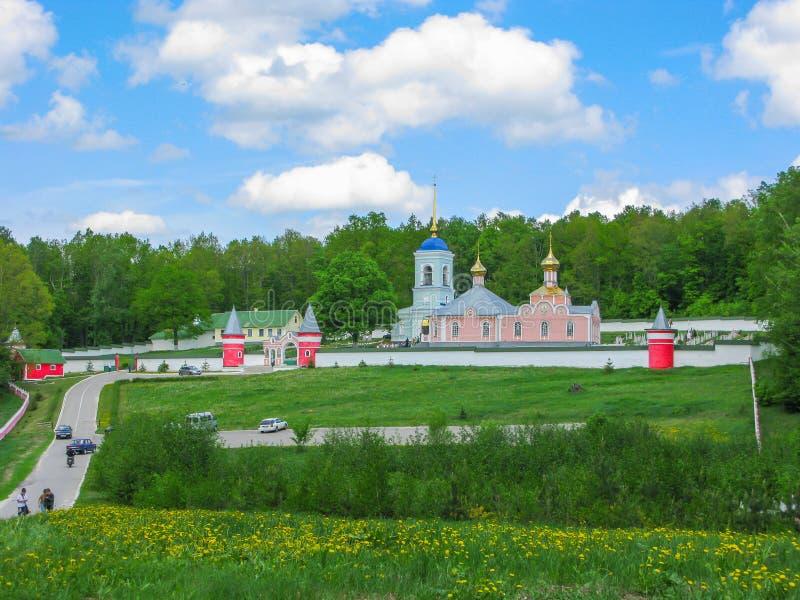 Paisaje mágico con el convento de monjas ruso en el verano Ryazan Iberdsky fotos de archivo