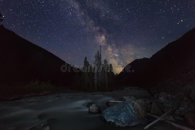 Paisaje mágico con las montañas, río de la noche foto de archivo libre de regalías