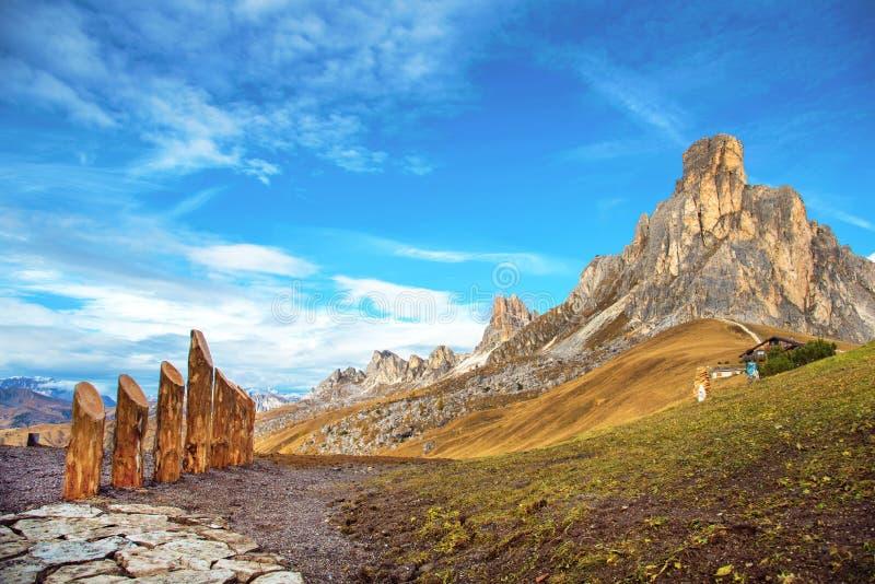 Paisaje mágico del otoño con la montaña en Passo Giau cerca de S Lucas fotografía de archivo