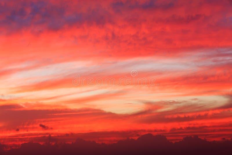 Paisaje mágico del resplandor de tarde del cielo nocturno imagenes de archivo