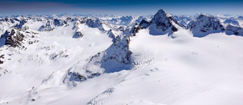 Paisaje magnífico de la montaña del invierno con el Piz famoso Buin y un glaciar en las montañas suizas fotografía de archivo libre de regalías