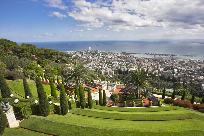 Paisaje magnífico - jardines y Haifa de Bahay foto de archivo