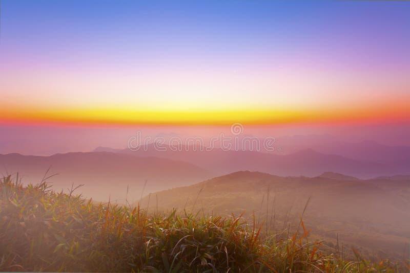 Paisaje majestuoso de la montaña de la mañana con el cielo colorido imagenes de archivo