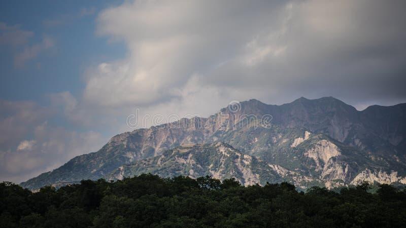 Paisaje majestuoso de las montañas y del bosque en el Cáucaso en el verano Cielo dramático con las nubes foto de archivo