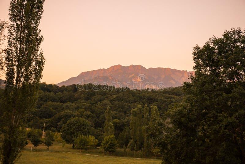 Paisaje majestuoso de las montañas y del bosque en el Cáucaso en el verano Cielo dramático con las nubes foto de archivo libre de regalías