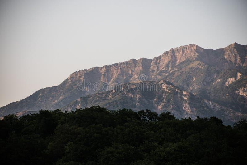 Paisaje majestuoso de las montañas y del bosque en el Cáucaso en el verano Cielo dramático con las nubes imagen de archivo libre de regalías