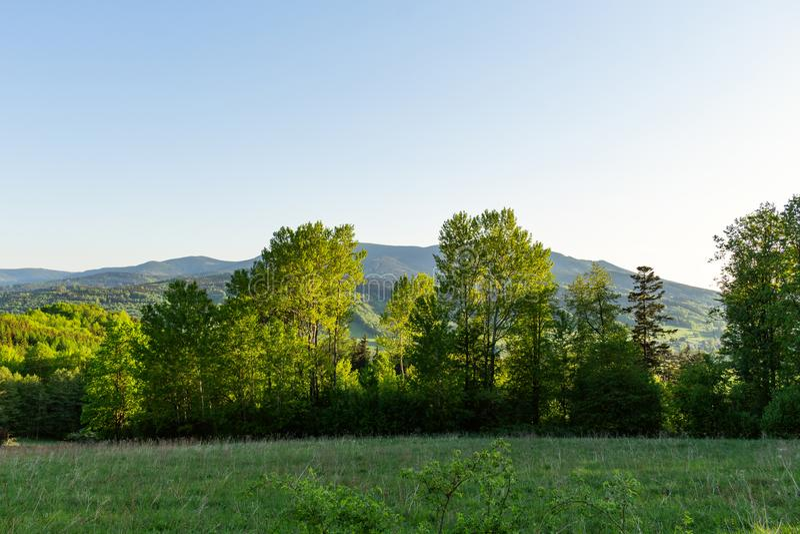 Paisaje majestuoso de montañas y del prado Camino de ciclo de la montaña Camino de la montaña brumosa en altas montañas Cielo nub fotografía de archivo libre de regalías
