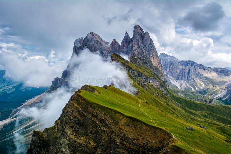 Paisaje maravilloso de las montañas de las dolomías Cordillera de Odle, pico en dolomías, Italia de Seceda Imagen artística Cárpa fotos de archivo libres de regalías