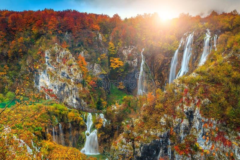 Paisaje maravilloso del otoño con las cascadas mágicas en los lagos Plitvice, Croacia imagenes de archivo