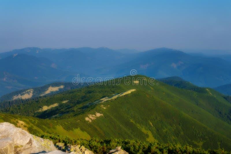 Paisaje maravilloso en las montañas en un día soleado imagen de archivo libre de regalías