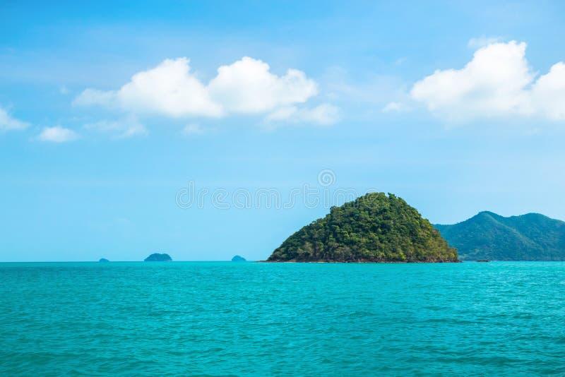 Paisaje marino agradable con la isla del verde de la roca, Tailandia fotografía de archivo
