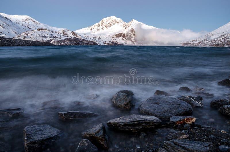 Paisaje marino alpino, ondas de montaña imagen de archivo