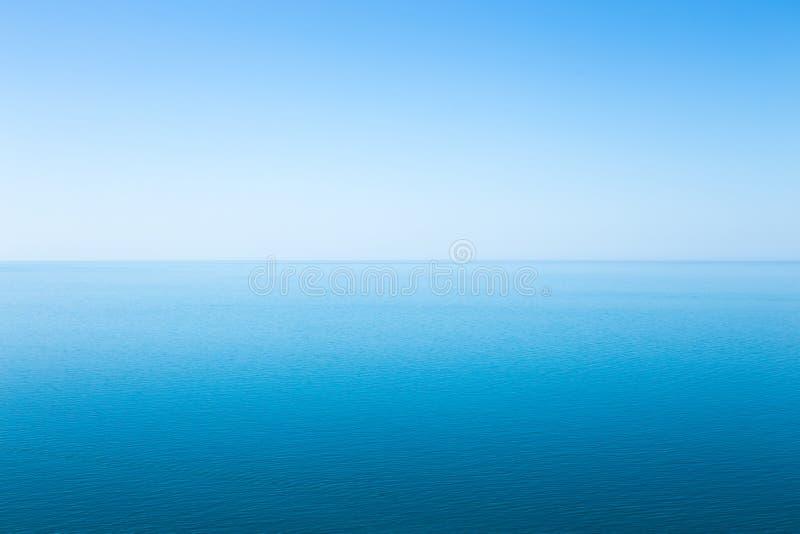 Paisaje marino azul hermoso sin las nubes foto de archivo