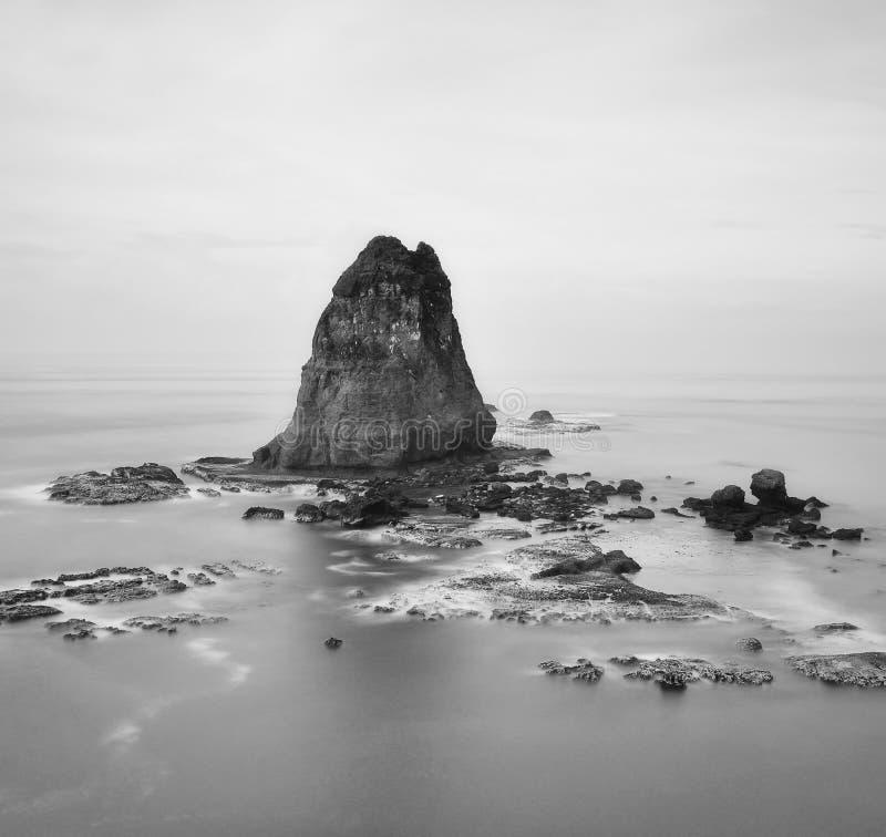 Paisaje marino blanco y negro en la exposición larga fotos de archivo libres de regalías