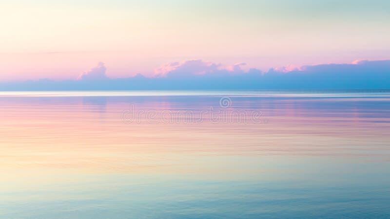 Paisaje marino claro de la mañana con el cielo colorido imagen de archivo libre de regalías