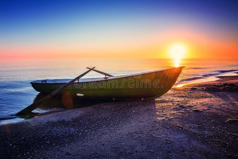 Paisaje marino con el barco de pesca imagen de archivo libre de regalías