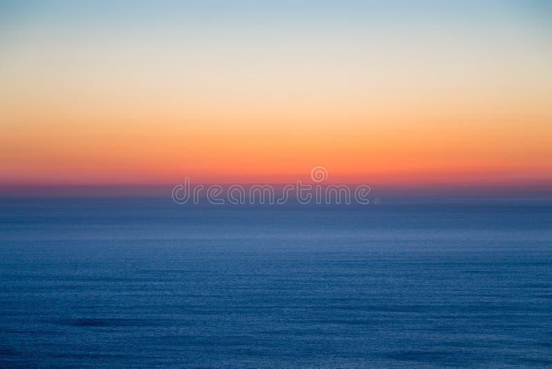 Paisaje marino con el cielo colorido de la tarde imagenes de archivo