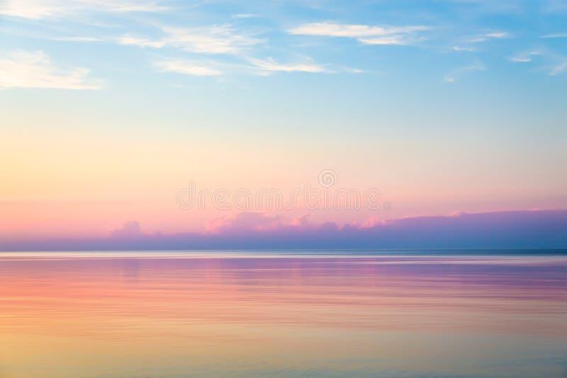 Paisaje marino con el cielo colorido de la tarde fotografía de archivo