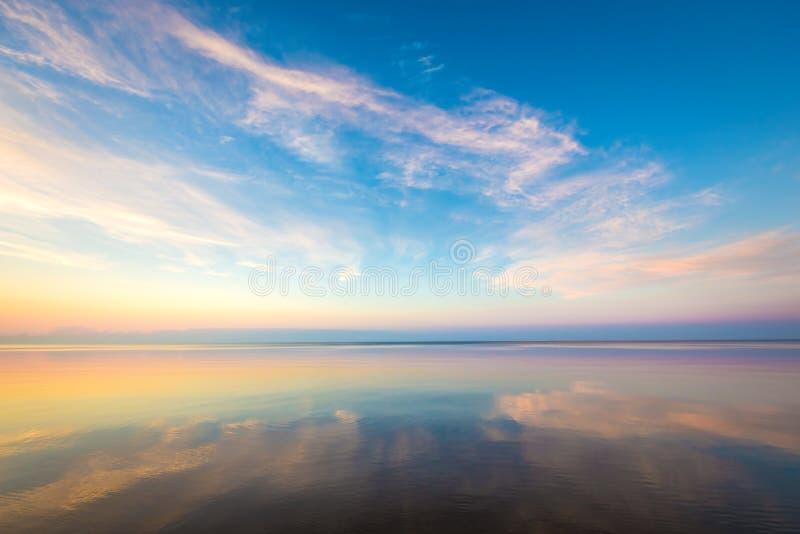 Paisaje marino con el cielo colorido de la tarde foto de archivo