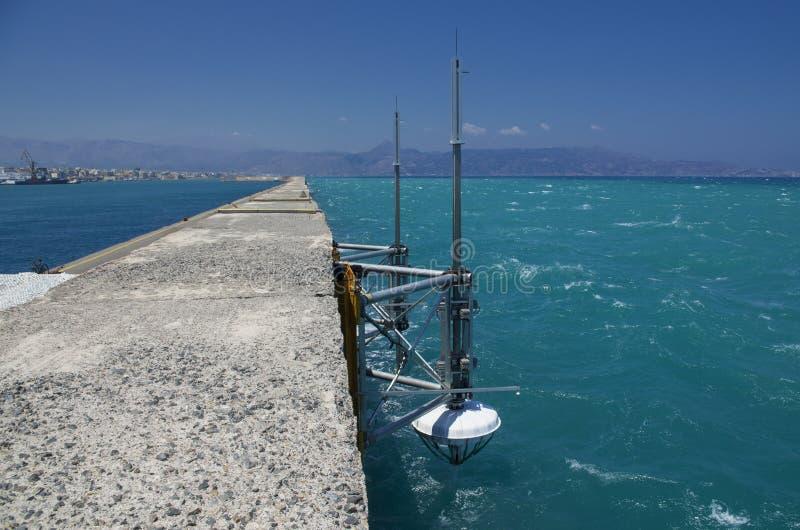 Paisaje marino con el equipo marino de la investigación en Grecia foto de archivo