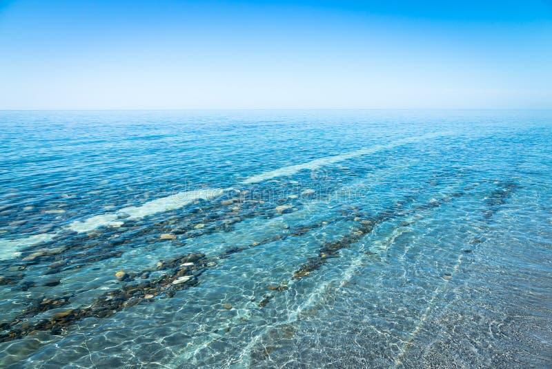 Paisaje marino con la costa costa Camino de piedra debajo del agua fotografía de archivo libre de regalías