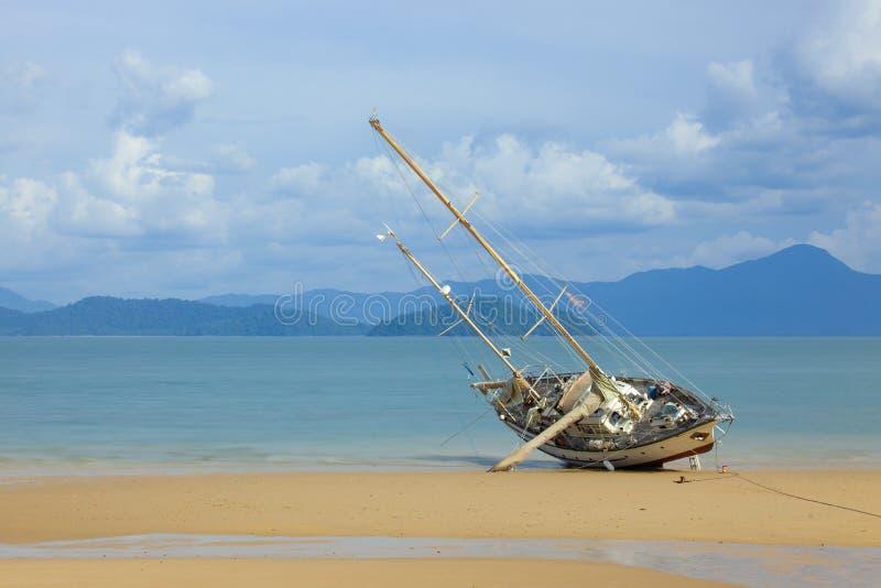 Paisaje marino con la nave de la isla de Koh Phayam, Ranong, Tailandia foto de archivo