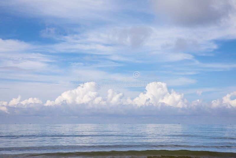 Paisaje marino con la nube imagenes de archivo